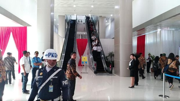 Pasukan Pengamanan Presiden (Paspampres) sudah berjaga-jaga di lokasi, tempat Kereta Bandara yang terhubung dengan moda transportasi skytrain ke terminal-terminal Bandara.