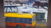 Ngeri, Truk Ini Terobos Trotoar dan Hampir Tabrak Halte Bus