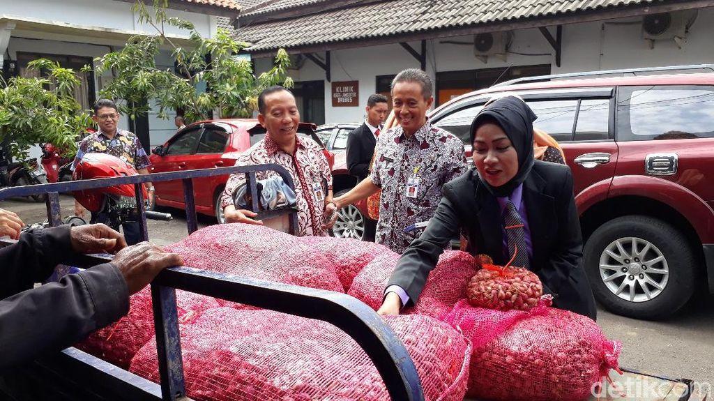 PNS dan Polisi di Brebes Ramai-ramai Borong Bawang Merah