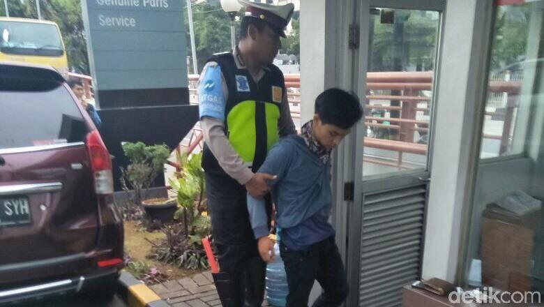 Masuk Busway dan Tabrak Polisi, Pemotor Ini Ketahuan Bawa Ganja