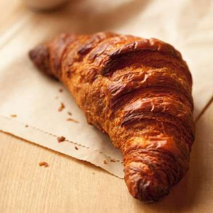 Croissant di Toko Kue Bien Cuit, Brooklyn dikenal dengan warnanya yang gelap, rasa yang caramelized serta aromanya yang sedap. Chef sekaligus ownernya adalah penyandang gelar Best Baker jadi wajar saja rasanya juara. Foto: Istimewa
