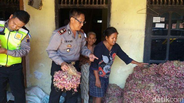 Polisi di Brebes borong bawang merah Petani