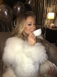 Nyanyi di Malam Tahun Baru, Mariah Carey Minta Teh Hangat di Panggung