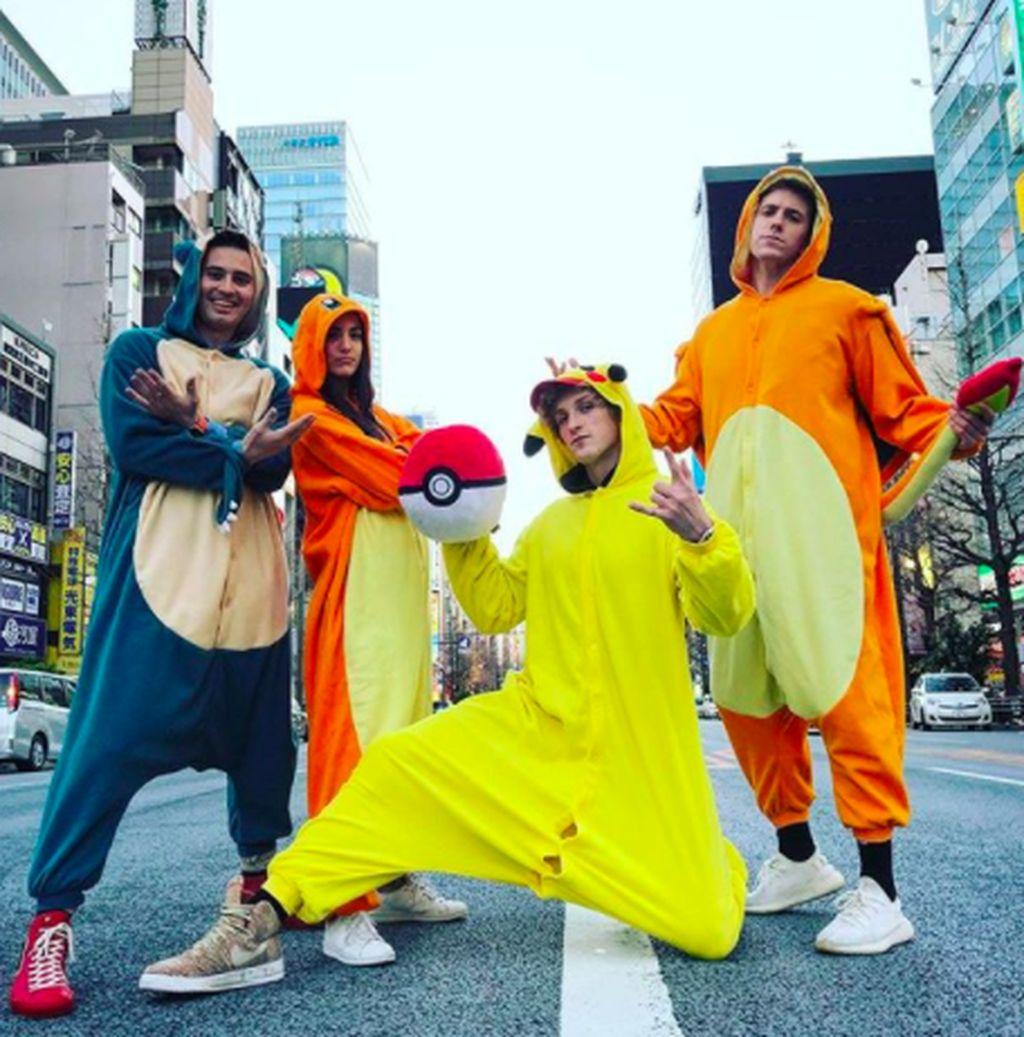Logan Paul yang berpakaian kuning, dikecam habis-habisan karena menayangkan video orang bunuh diri di hutan di Jepang. Ia berkilah ingin meningkatkan kesadaran akan bunuh diri, tapi netizen menganggap dia kelewatan karena dinilai menjadikan bunuh diri sebagai candaan. Foto: Instagram