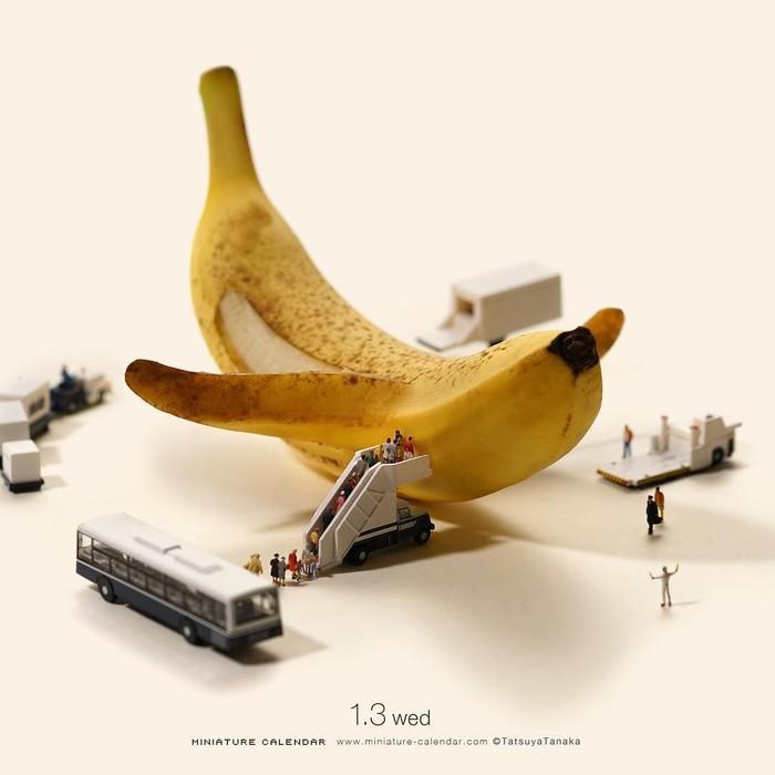 Tatsuya Tanaka membuat proyek Miniature Calendar. Tiap hari ia membuat miniatur berbeda. Hari ini ada pisang yang diibaratkannya sebagai pesawat. Foto: Tatsuya Tanaka