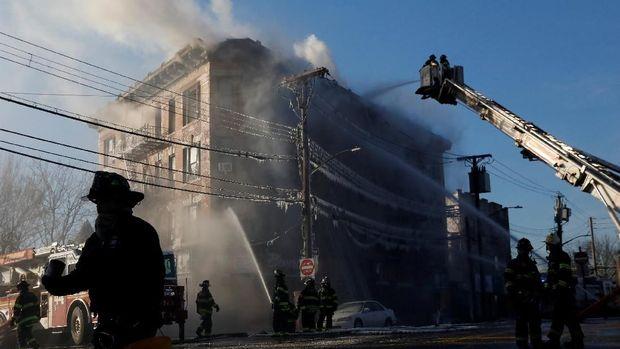 Petugas Damkar New York Memadamkan Kebakaran di Apartemen, Bronx.