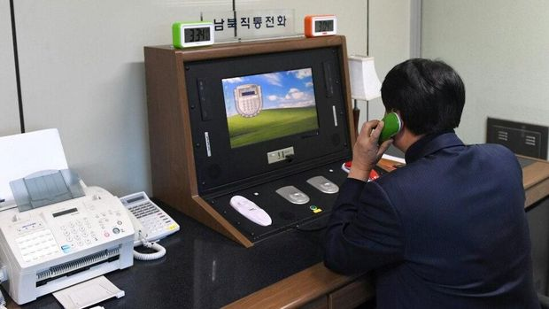 Pejabat Korsel memeriksa sambungan telepon hotline dengan Korut