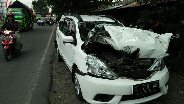 Mobil Nissan Grand Livina juga mengalami kerusakan parah