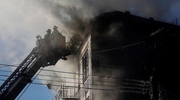 Petugas Damkar New York Memadamkan Kebakaran di Apartemen