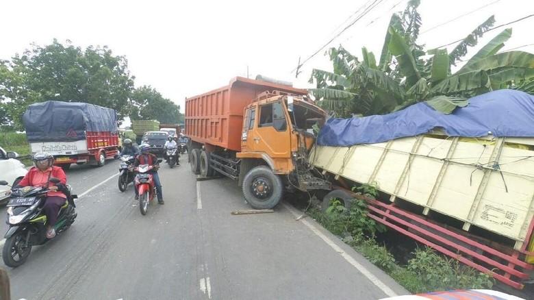 Kecelakaan di Jombang Libatkan 2 Truk dan Mobil, 2 Orang Luka