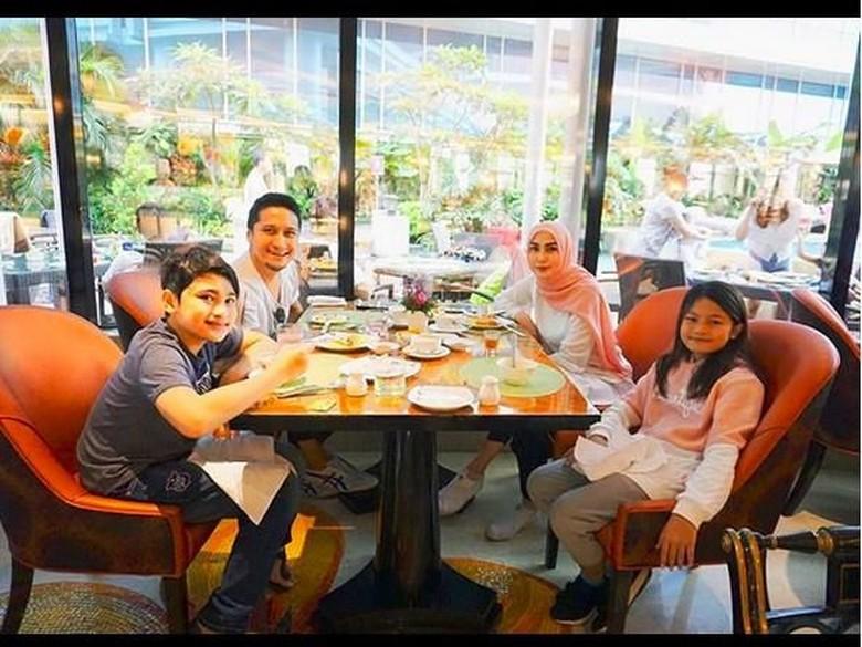 Arie Untung Posting Foto Perdana Fenita Arie Berhijab, Cantik!
