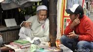 Kisah Kegigihan Abah Komar Jualan Kitab di Trotoar Sukabumi