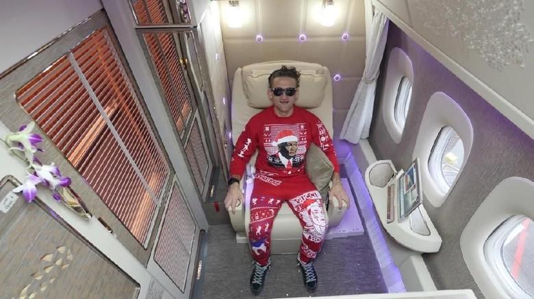 Youtuber Casey Neistat yang sedang mereview kabin first class Emirates (Casey Neistat/Youtube)