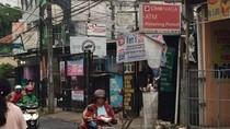 Ban Bekas Tambal Lobang Jalan Rusak di Bekasi