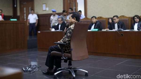 Saksi Sebut Keponakan Novanto Tak Mau Terima Dolar di Indonesia