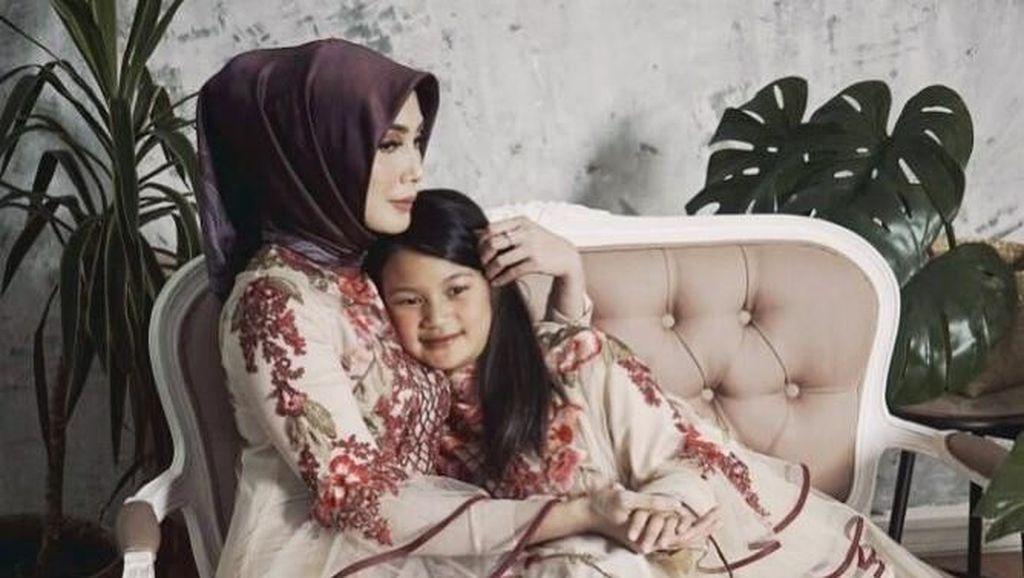 Foto: Cantiknya Fenita Arie Saat Pemotretan dengan Hijab