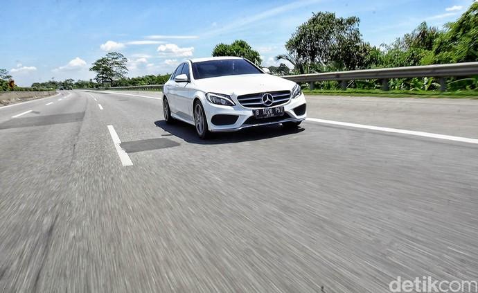 Ngebut dengan Mercedes-Benz C200 AMG Line