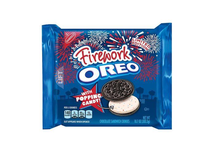 Firework Oreo dinobatkan sebagai salah satu rasa Oreo paling enak. Adanya permen Pop Rocks di dalam krim, membuat tekstur Oreo ini berbeda saat di makan. Walau ledakan permennya tidak sehebat yang dibayangkan. Foto: Istimewa