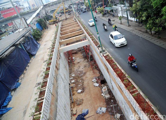 Proyek underpass ini masih dalam proses pengerjaan.