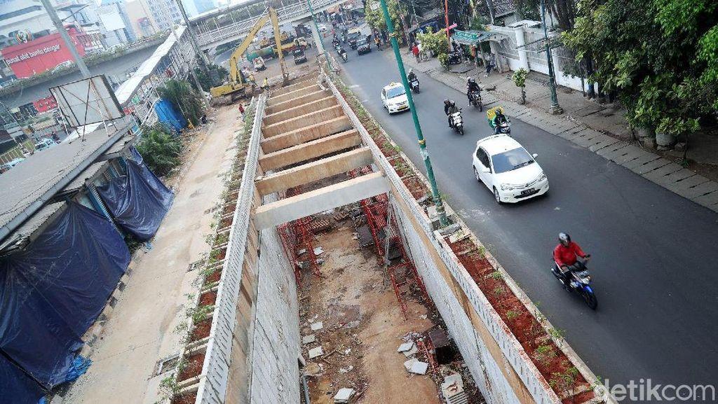 Melihat Pembangunan Underpass Matraman yang Molor