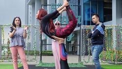 Penyanyi dangdut Inul Daratista terkenal karena goyang ngebornya yang dianggap seksi. Untuk menjaga tubuh tetap ideal ia rajin berolahraga.