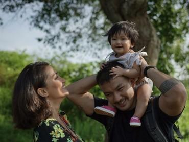 Liburan dengan berwisata alam bareng si kecil patut dicoba nih seperti keluarga Rio Dewanto dan Atiqah. (Foto: Instagram/atiqahhasiholan)