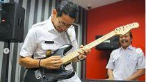 Sandi Mengaku Gitaran saat Galau soal Pangan dan Lapangan Kerja