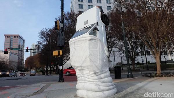 Patung Mobil Terbalik di Jantung <i>Midtown</i> Atlanta