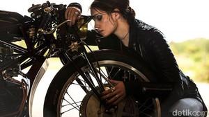 Model Cantik Berpose dengan Ducati Jadul