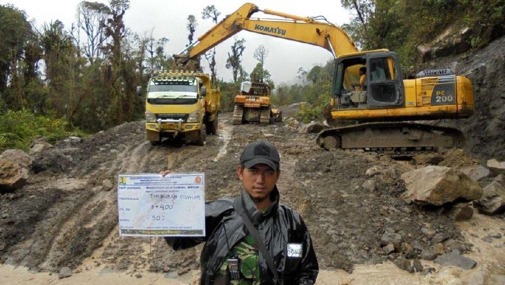Penampakan Zeni TNI AD yang Tembus Hutan Bangun Trans Papua