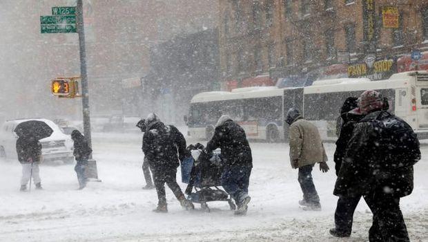 Badai 'Bom Siklon' di AS, 4 Tewas dan Air Terjun Niagara Membeku