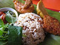 Raos Pisan! Makan Siang dengan Nasi Tutug Oncom Berlauk Komplet di Sini
