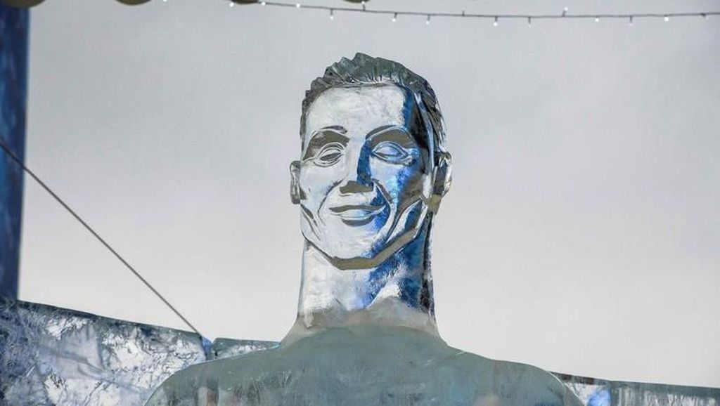 Patung Es Cristiano Ronaldo Dicemooh Publik