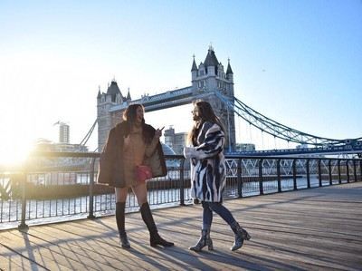 Foto: Pevita Pearce & Valerie Thomas Jalan-jal   an Cantik di London