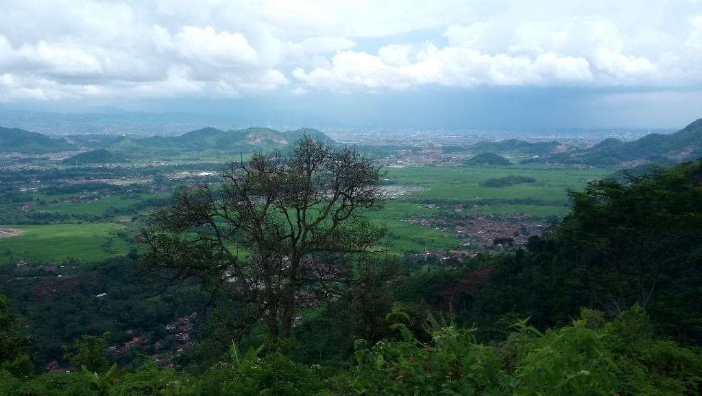 Ide Weekend di Bandung Barat: Lihat Gunung di Atas Gunung