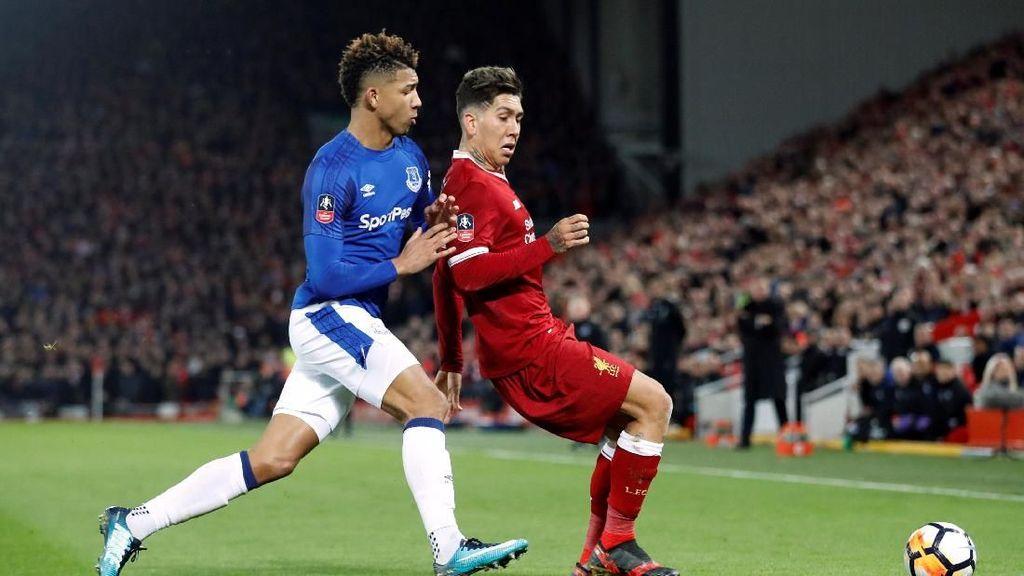 Keributan di Derby Liverpool, Firmino vs Holgate