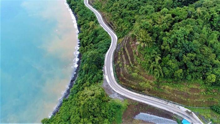 Jalan Trans Papua salah satunya di Provinsi Papua Barat sepanjang 1.070,55 km. Jalan di ruas Ransiki-Mameh, segmen II, Trans Papua di Provinsi Papua Barat. Foto: Dok. BP Jalan Nasional XVII Manokwari-Papua Barat