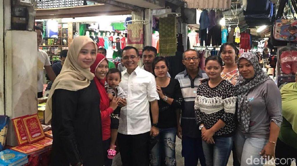 Senyum Azwar Anas yang Didampingi Istri Saat Berkunjung ke Pasar