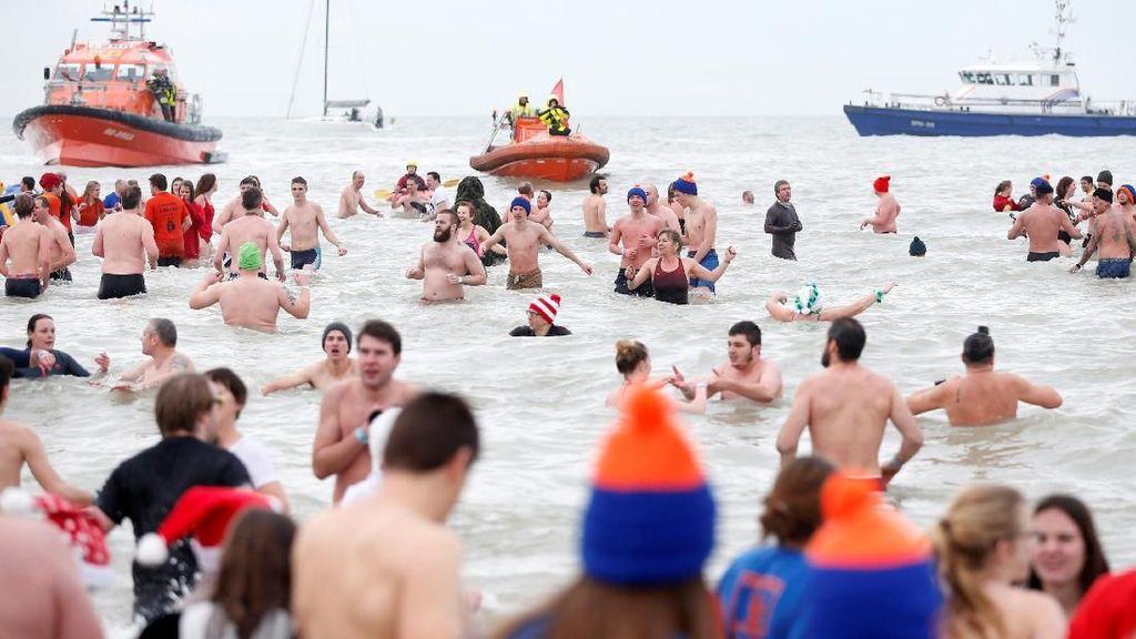 Risiko Penyakit yang Perlu Diwaspadai Jika Sembarangan Berenang di Laut (1)