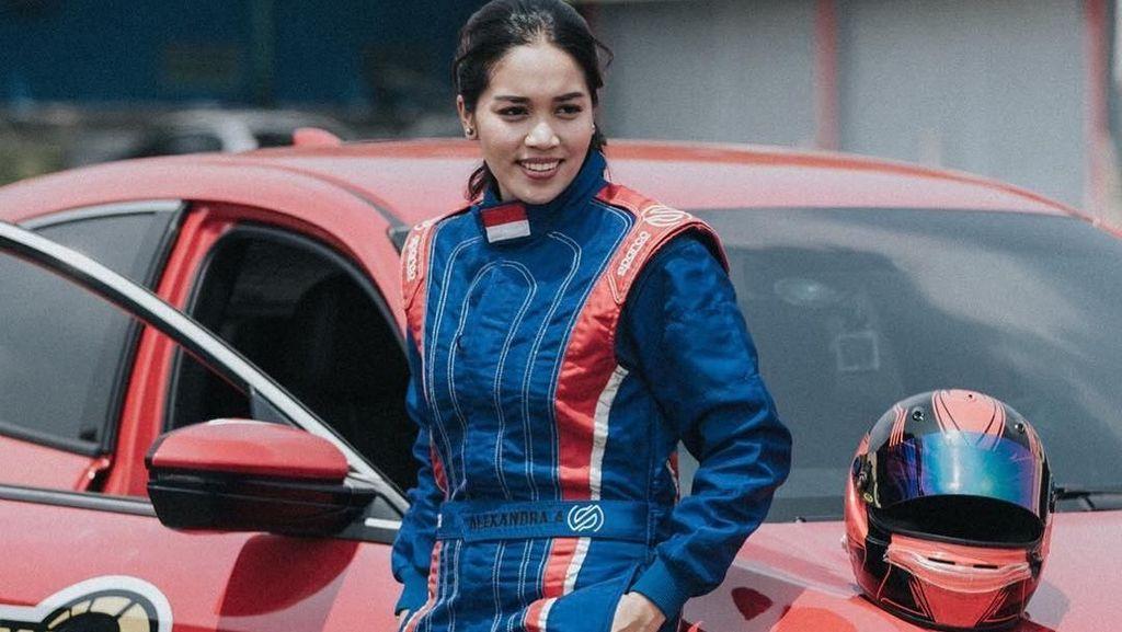 Foto: Bukan Hanya Balapan, Alexandra Asmasoebrata Juga Suka Angkat Beban
