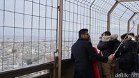 Turis berfoto-foto dari Lantai 2 Menara Eiffel (Afif Farhan/detikTravel)