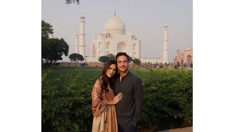 Raisa dan Hamish di depan Taj Mahal (Raisa Andriana/Instagram)