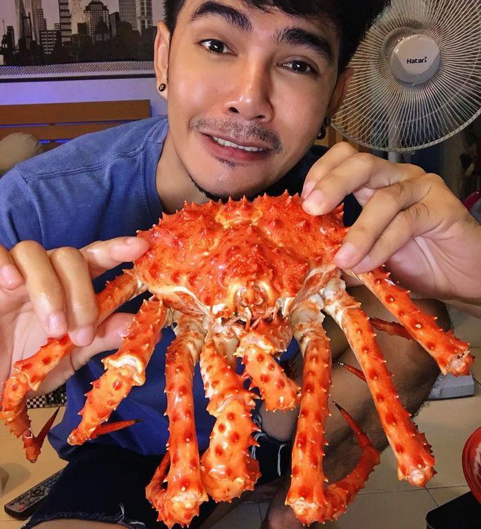 Dalam foto ini terlihat ia sedang makan kepiting. Bukan kepiting biasa melainkan kepiting dengan ukuran super jumbo. Tapi uniknya, wajah pria ini seolah menggesankan ketakutan. Foto: instagram Chumnan