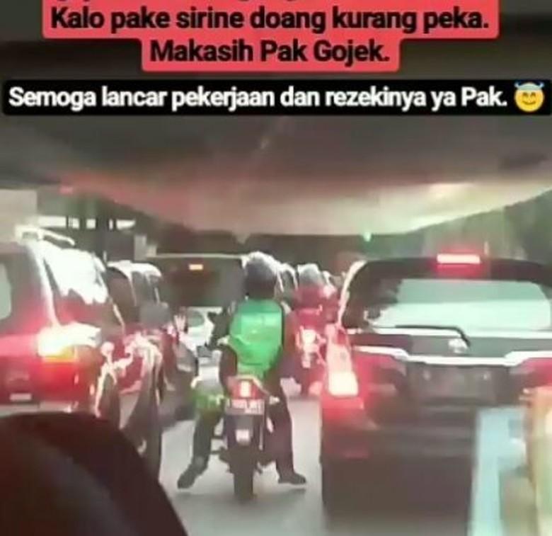 Driver Ojek Online Buka Jalan Buat Ambulans