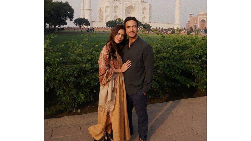 Potret Raisa dan Hamish Liburan Menikmati Taj Mahal