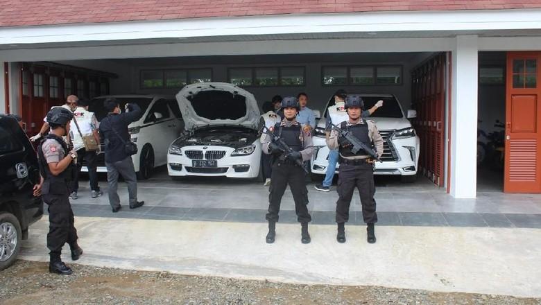 Momen KPK Geledah Rumah Bupati HST Kalsel, Temukan Deretan Mobil Mewah