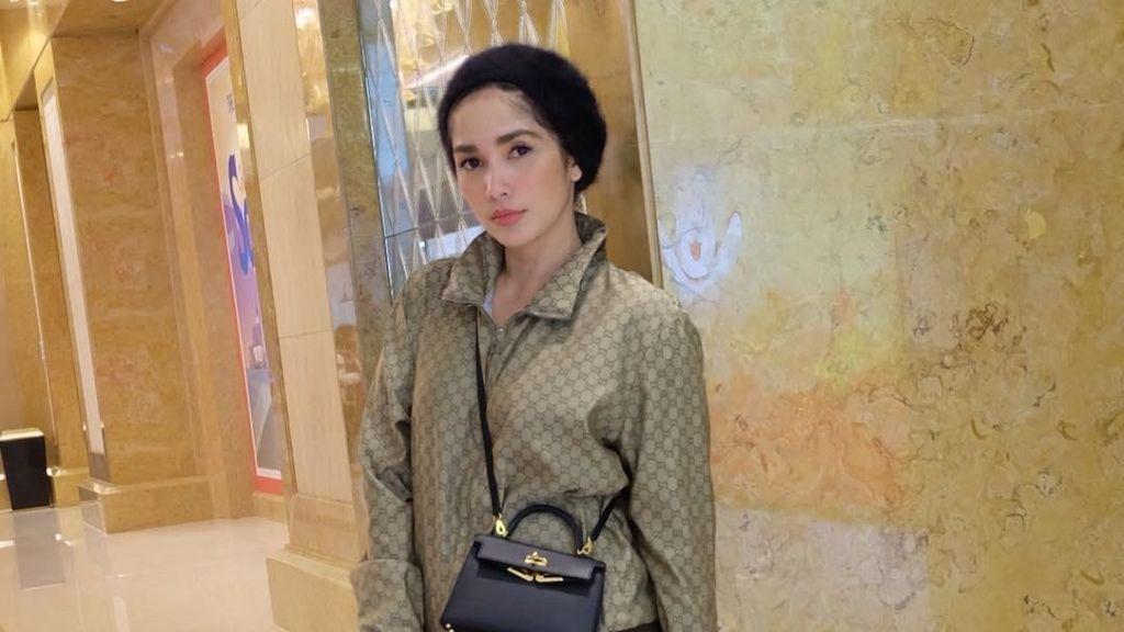 8 Gaya Ussy Sulistiawaty & Putrinya Pakai Gucci hingga Hermes Saat Liburan