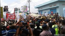 Aksi Nelayan Lamongan Tolak Larangan Cantrang Diwarnai Aksi Dorong