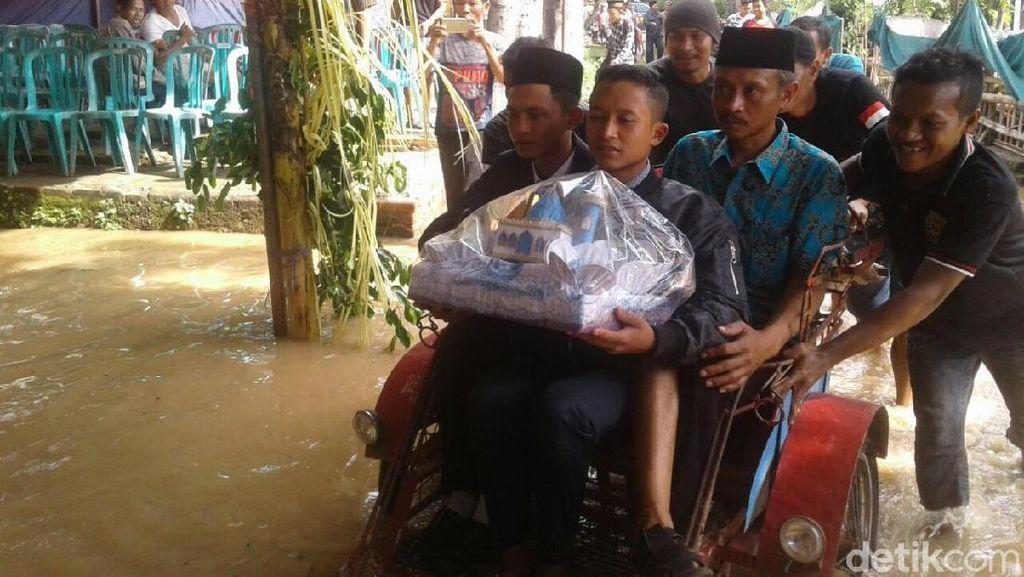 Terjang Banjir, Pengantin Pria di Ponorogo Ini Terpaksa Naik Becak