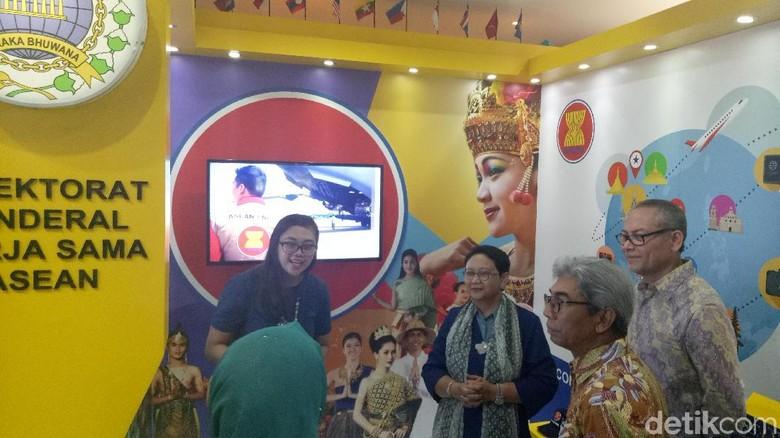 Menlu Retno Resmikan Pameran Capaian 3 Tahun Kemlu